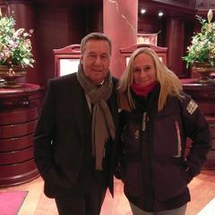 Maren begrüßt einen alten Bekannten in der Lobby der Yachthafenresidenz - Roland Kaiser