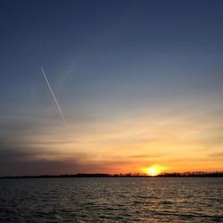 Sonnenaufgang mit Kondenzstreifen