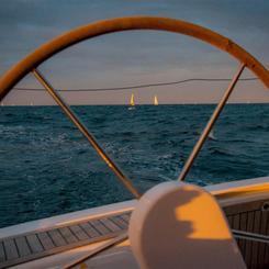 J - Steuer mit Regattaschiffen